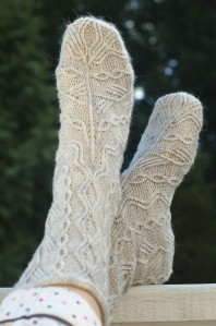 Semi Aran - Borrowing from Aran sweater design, these cabes are really 1-over-1 traveling stitches. That allows rich variation of pattern motifs and keeps the socks from ending up too thick.